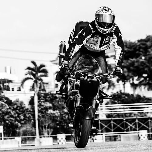 Snapshot of the Stunt Riding Rider: @daiyabiku #kozamotorsportsfestival #freestyle #bike #stunt #stuntride #kawasaki #zx6r #skfreestyle #blackandwhite #moto #motorcycle #モノクロ #白黒 #写真 #写真部 #バイク部 #ファインダー越しの私の世界 #instastunt #instamoto #instablackandwhite #ca