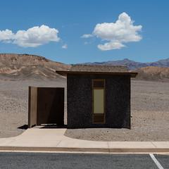 Kalifornien IX (jpk.) Tags: california usa leer urlaub unterwegs mai wc deathvalley landschaft wüste kalifornien 2015 toilettenhäuschen canoneos7d efs281755mm ©janphilipkopka