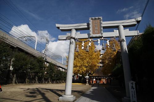 駅前の神社風景