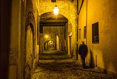 FERRARA.  VIA DELLE VOLTE. (FRANCO600D) Tags: ferrara viadellevolte strada night notte atmosfera emiliaromagna italia italy italie italien passante bellitalia medioevo stradamedioevale viamedioevale stradina viuzza archi lampione luce canon eos600d sigma franco600d