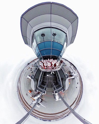 Дедов Морозов привлекают любые здания, по форме напоминающие их дом в Великом Устюге! Трутся на балконе как у себя дома! А это, между прочим, вышка терминала Д в аэропорту Шереметьево, откуда инженеры @Aeroflot управляют подготовкой рейсов к вылету на пер
