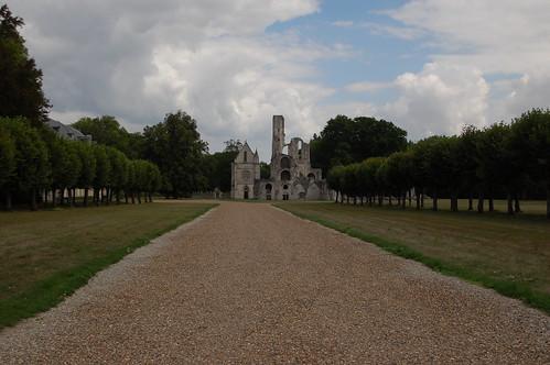 Au bout du chemin : les ruines de l'abbaye de Chaalis