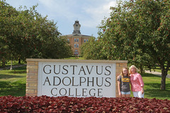 IMG_0269.jpg (Gustavus Adolphus College) Tags: old family sign student day main move oldmain movein firstyear moveinday 201204 20150904