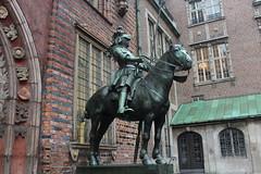 A knight at Town Hall (Davydutchy) Tags: christmas horse statue germany cheval deutschland weihnachtsmarkt stadtmitte copper knight bremen rider allemagne mitte pferd hb standbeeld duitsland freie paard koper hansestadt ritter horseman niedersachsen ridder standbild