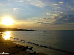 ultimo bagno (archgionni) Tags: beach clouds sky mare sea adriatico sabbia sand tramonto sunset riflessi reflections onde waves sole sun estate summer vacanze vacations abruzzi italia italy