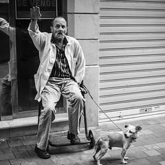 Pepe Reyes161007-009 (Pepe Reyes (jorego)) Tags: 2016 anciano bn bus compaia fotografacallejera hombre perro saludo sentado sombrero streetphotography