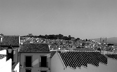 Au dessus des toits, Antequera 2016 (adelinemoi) Tags: analog analogphotography andalucia analogvibes analogico andalousie viaje verano voyage antequera film filmcommunity filmisnotdead fujica fujicastx1n ishootfilm ilford ilforddelta100 35mm espaa
