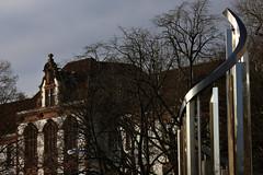 Lichtkinetische Spirale (21) (Rdiger Stehn) Tags: kiel 2016 europa kunst skulptur mitteleuropa deutschland germany norddeutschland schleswigholstein innenstadt stadtmitte bauwerk stadt profankunst kunstwerk bronzestatue plastik metall edelstahl johannespeterhlzinger kleinerkiel hermanngoepfert windkinetischeplastik 2000er kinetischekunst spirale lohnpreisspirale canoneos550d 2000s kieldamperhof lichtwirdobjekt reflektion
