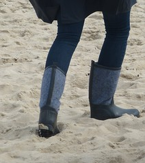 Beach (willi2qwert) Tags: rubberboots rainboots regenstiefel gummistiefel gumboots girl wellies wellingtons beach strand