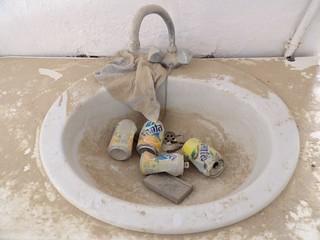 Une salle de bain qui a pris la poussière
