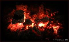 Heisse Glut (Jolanda Donn) Tags: glut feuer glhend holzkohlenglut heiss rot hitze wrmend grill november november2016 25112016 canoneos5dmarkiv