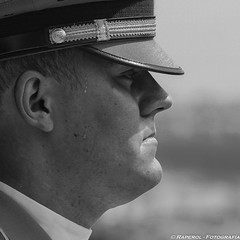 Calor B/N (raperol) Tags: 2006 300d airelibre militar portrait retrato blancoynegro bn hungría budapest