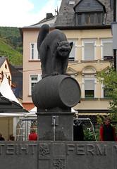 Zell, Marktplatz, Brunnen Zeller schwarze Katz (HEN-Magonza) Tags: zell mosel moselle rheinlandpfalz rhinelandpalatinate deutschland germany