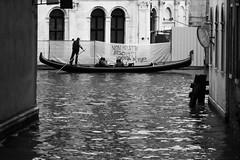 Non siate egoisti ... (Rafael Pealoza) Tags: venecia venice venezia italia italy gondola byn bw blackandwhite water boat tourists rialto sign people sit sitting seated