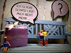 LUI LEI E L'ALTRA....CHI CI CAPISCE QUALCOSA E' BRAVO. (Skiappa.....v.i.p. (Volentieri In Pensione)) Tags: lumix ken barbie panasonic negozio vetrina dic bambola commercio berlino panchina fumetto giocattolo bambolotto skiappa