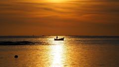 Seul au monde - All by himself (Phoebus58) Tags: bretagne brittany bzh breizh guilvinec mer sea ocean bateau boat soleil sun sunset coucherdesoleil