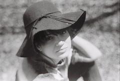 Hat girl (Júlia de Andrade) Tags: girl portrait hat black whit film kodak analogue canon ae1 55mm