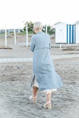 Pasaba por allí (torresmoll) Tags: azul playa paseo otoño pensativa robado modeloimprovisada