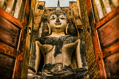 Wat Si Chum (Soiparadize) Tags: zeiss 35mm thailand temple ancient gates buddha sony unesco carl fe wat za f28 sukhothai subduingmara sonnar watsichum amazingthailand a7r totallythailand sonya7r ilce7r