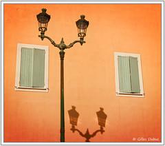 Ombre sous les volets verts (GilDays) Tags: france corse corsica cor2016 ajaccio nikon nikond810 d810 volet shutter orange lampadaire streetlamp vert green mur wall faade facade fentre window