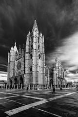 Catedral de Santa María (AvideCai) Tags: avidecai catedral león bn blancoynegro monumento calle ciudad sigma1020
