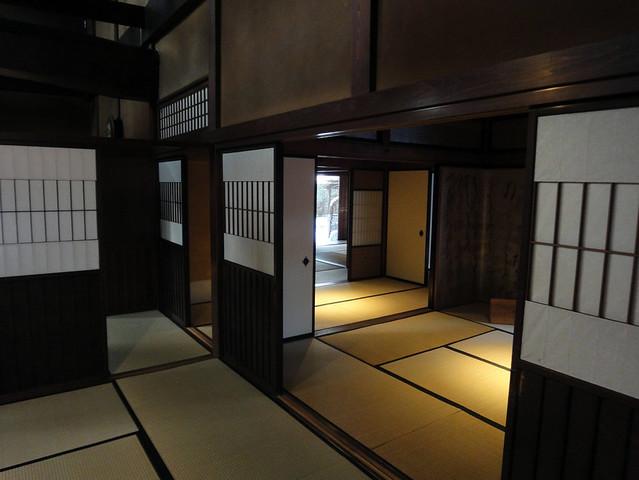 階段を下りて1階まで来ました。|吉島家住宅