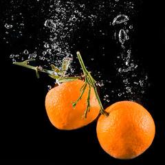 CLASSICAL MANDARINE SPLASH #2  IMG_5535 (photo.bymau) Tags: bymau canon 7d slide lemon mandarine fruit studio highspeed flashsync flash sync haute vitesse water drop bulle bulles buble orange dark yellow