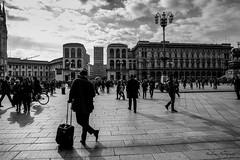 Le voyageur de Milan. (Bouhsina Photography) Tags: street rue noir blanc nb noiretblanc blackwhite black white milan milano italy italie urban backlight