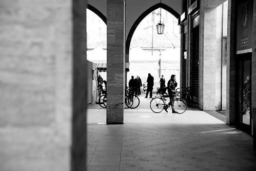 312/366 - 7 novembre 2016 - Nel primo dopoguerra, il recupero del loggiato del Palazzo della Ragione, fu eseguito con la costruzione della Galleria Matteotti su progetto dell'architetto Piacentini. Una realizzazione molto discussa, che non piacque a tutti