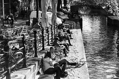 Amsterdam: koffie aan de gracht. (parnas) Tags: amsterdam brouwersgracht nederland grachten canals zwartwit blackandwhite blackwhite analoog film ilforddelta streetphotography straat