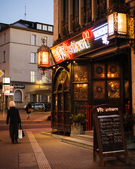 Pfefferkorn in Dortmund Innenstadt (IanHartS) Tags: ruhrgebiet dortmund deutschland nikon d700 weihnachtsmarkt street twilight germany outdoors restaurant 50mmf18g