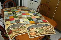 Trilhos de mesa (ceciliamezzomo) Tags: kitchen de table squares handmade country fabric patchwork runner mesa cozinha pannel painel tecido quadradinhos trilho painelzinho