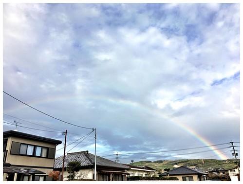 天気雨が降って来たと思ったら、 とても近くから大きな虹が♪♪  こんなに近くに出てるの観たの久しぶり〜  何か良い事有ると良いなぁ・・・