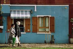 Young couple (Lacrasse) Tags: venice italy street photography people colour burano kodak gold nikon