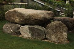 Dolmen von Oberbipp (  Entdeckt 2011 - Horgener-Kultur um 3400 - 2850 vor Christus - vier Findlingsblöcke - Granitfindlinge - Granit - Erratiker - Grab - Grabkammer - Dolmengrab ) auf dem Friedhof bei der K.irche Oberbipp im Kanton Bern der Schweiz (chrchr_75) Tags: ice stone schweiz switzerland suisse suiza pierre swiss august age suíça era christoph svizzera pietra stein kivi pedra sveits steen findling glacial sviss période época zwitserland sveitsi período suissa 2015 erratic istid glaciale chrigu szwajcaria eiszeit ストーン スイス ijstijd erratiker glaciaire epoka chrchr irregolare erratique jääkausi hurni chrchr75 氷河時代 chriguhurni errático istiden lodowcowa albumerratikerderschweiz chriguhurnibluemailch arvaamaton reikull 常軌を逸した uberegnelig oberäkneligt albumzzzz150816ausflugsolothurnpully hurni150816 albumzzz201508august