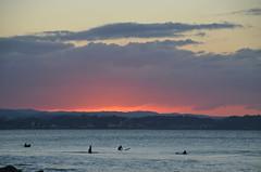 Surfeurs au coucher de soleil