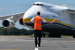 Avancez vers moi. (Olivier CABARET) Tags: oliviercabaret antonov aviapartner superviseur parking piste cargo lfrs planespotting picasa