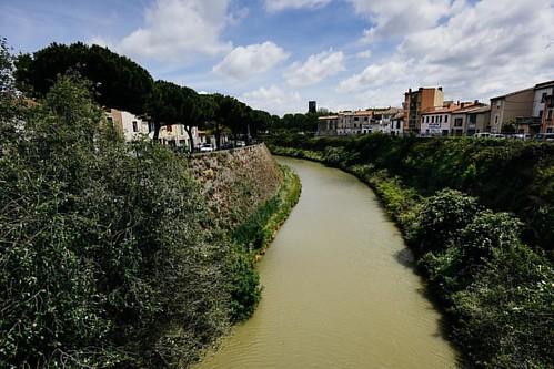 Le Canal du Midi. Carcassonne, France *** Через Каркассон протекает Лангедокский или Южный судоходный канал, который был прорыт ещё при правлении Людовика IV. Этот канал имеет протяжённость 240 км, внушительную систему шлюзов и соединяет Средиземное море