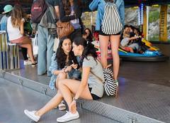 Girls Talking (Oneras) Tags: girls cute sexy legs shorts piernas