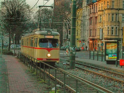 GT8 Gelenktriebwagen 2751 der Rheinbahn in Düsseldorf im Januar 2003 nach Verlassen der Haltestelle Auf`m Hennekamp in Düsseldorf Bilk