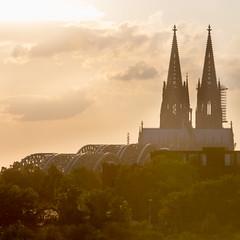Klle am Rhing (diwan) Tags: germany deutschland nordrheinwestfalen northrhinewestphalia kln cologne klnerdom architecture gotik gothic cathedral hohedomkirchestpetrus himmel sky wolken clouds abends attheevening squareformat canoneos650d canon eos 2016 geotagged geo:lon=6977551 geo:lat=50942380