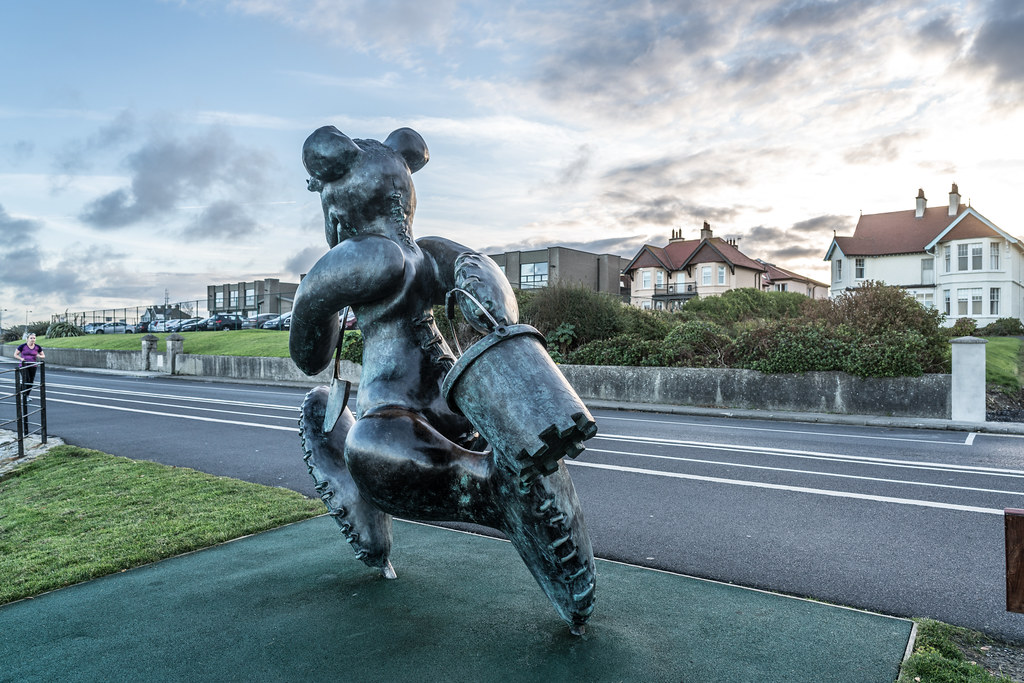 BEACH BEAR ON HIS WAY TO THE BEACH AT GREYSTONES [ARTIST- PATRICK O'REILLY]-122029