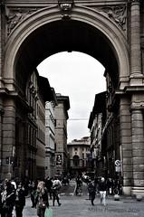 Florence VI (Makro Paparazzi) Tags: europe evropa eurotrip italy italija italia florence firenze firenca travelphotography blackwhitephotography outdoor nikon nikond7000 nikon18105mmf3556vr people ljudi humans arch