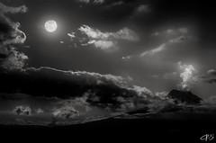con ustedes Super luna septiembre 2015, de telonero Don Cotopaxi en accion...toco semana de lunas..  #supermoon2015 #luna #cotopaxi #quito #ecuador #andesmountains #climbing #allyouneedisecuador #nikolandscape #blackandwhite (Charly Torres (Nikolandscape)) Tags: blackandwhite cotopaxi ecuador quito supermoon2015 andesmountains allyouneedisecuador nikolandscape luna climbing2015nikolandscapelunarojamachachi