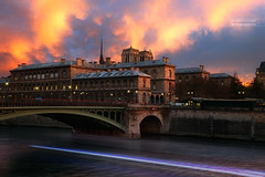 Pont Notre-Dame, Hotel Dieu & Cathdrale Notre Notre-Dame, Paris (www.fromentinjulien.com) Tags: fromus75 fromus fromentinjulien fromentin flickr view exposure shot hdr dri manual blending digital raw photography photo art photoshop lightroom photomatix french francais light traitements effets effects world europe france paris parisien parisian capitale capital ville city town citt cuida colocacin monument history 2016 photographe photographer dslr eos canon 6d fullframe full frame ff 2470mm 2470 canonef2470mmf28l canon2470mmf28 urban travel architecture cityscape street sunset coucherdesoleil pont notredame hoteldieu peniche 10