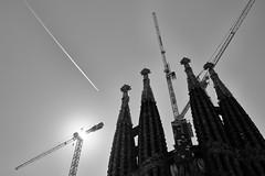 passing by (Adriano Guerreiro) Tags: barcelona plane crane