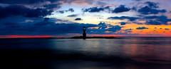 Lumires d'un phare (Bredz10) Tags: phares coucherdesoleil bleu rouge jaune mer vacance thailande photographie photography eau ciel nuages