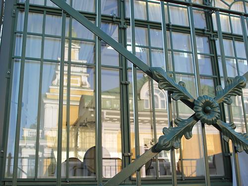 Heijastus Hirvihaaran Kartanon Lasipaviljongin ikkunoissa