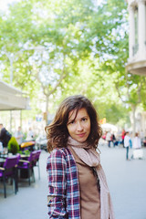 Una especie de anfiteatro (Sator Arepo) Tags: barcelona street leica trees portrait urban smiling 50mm spain bokeh rangefinder catalonia noctilux m9 paseodegracia
