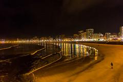 Primeros paseos invernales en San Lorenzo. Gijn. (David A.L.) Tags: asturias gijn sanlorenzo playa playadesanlorenzo noche nocturna mar agua ola olas